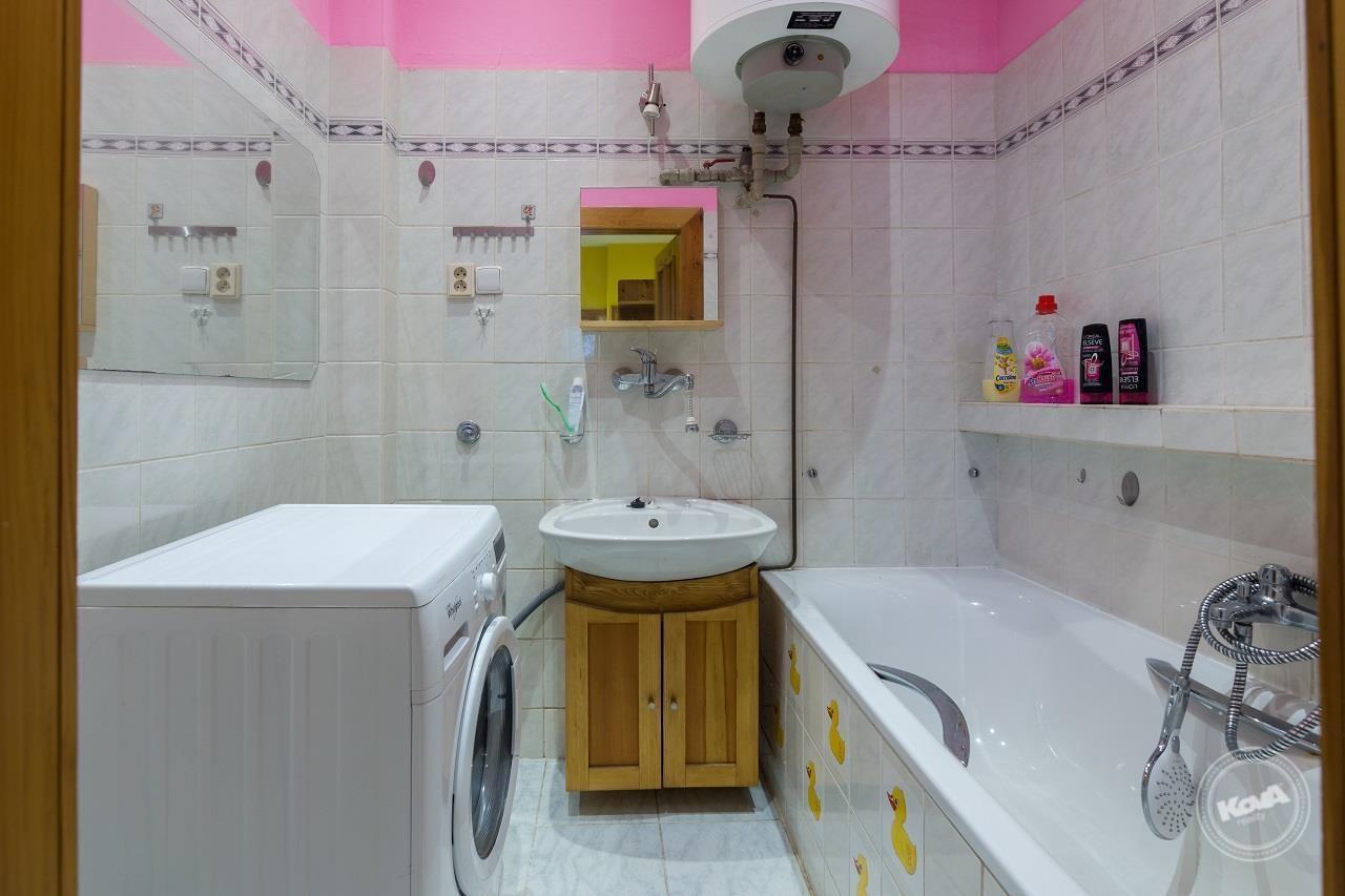 Koupelna s vanou je dostatečně velká pro umístění aut. prač