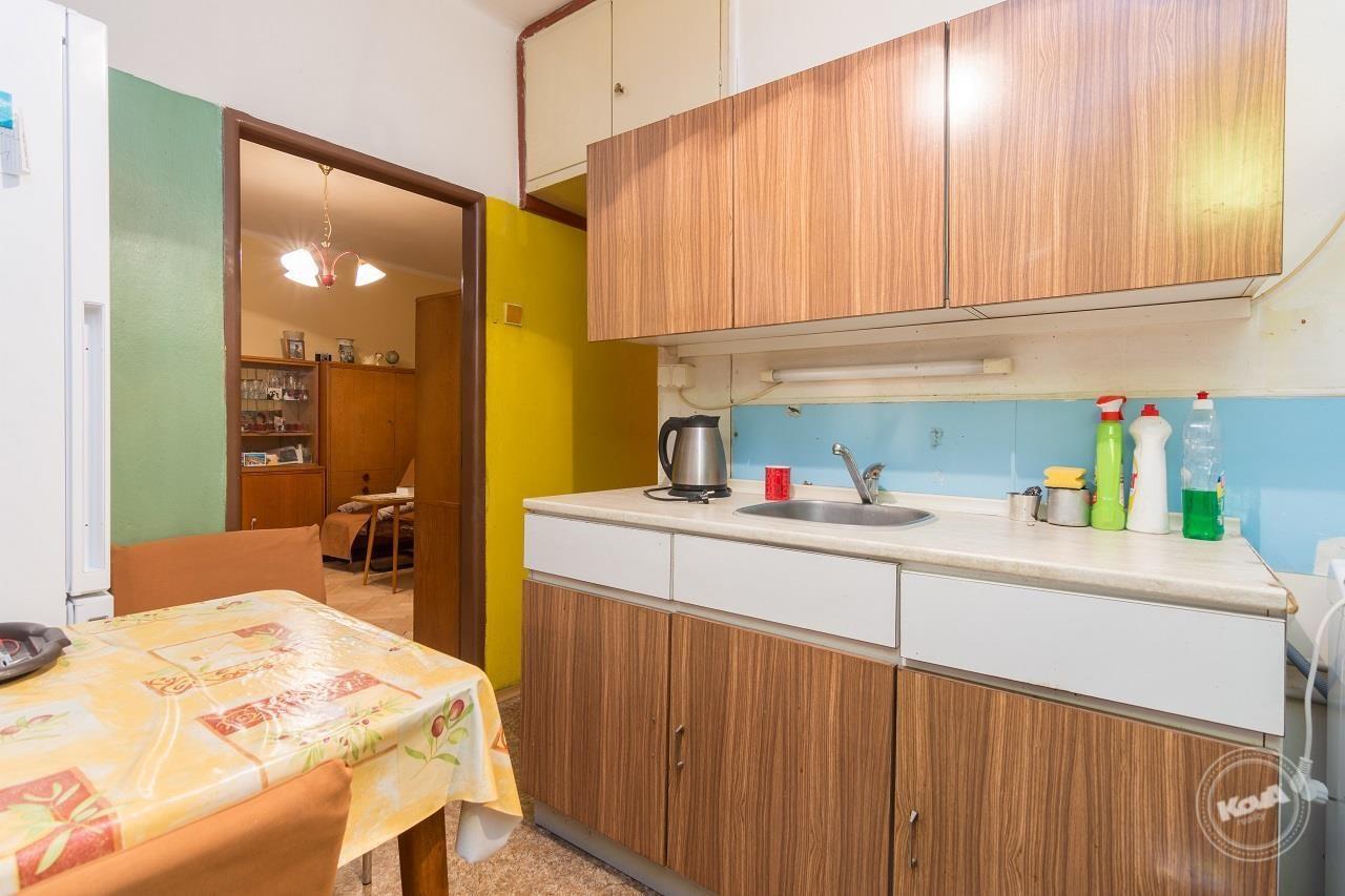 Kuchyně s jídelním koutem a výstupem na balkon