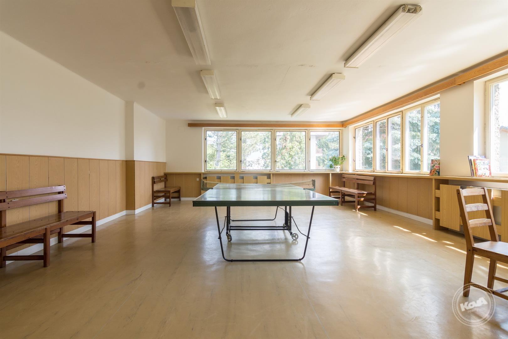 Prostorná a světlá společenská místnost v 1. patře nemovitost