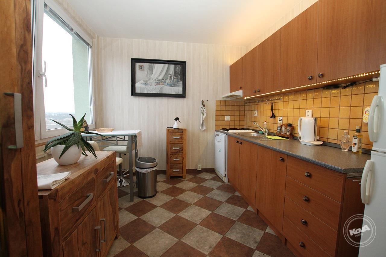 Prostorná zařízená kuchyně s jídelním koutem