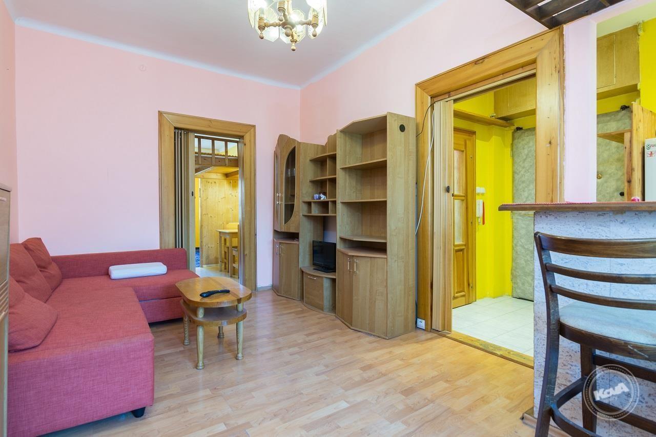 Prostorný obývací pokoj, navazující na kuchyňský kout