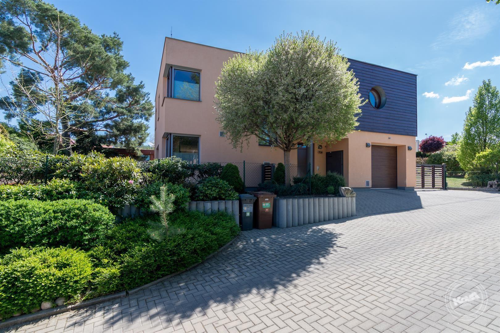 Prodej moderního RD s ateliérem a nádhernou zahradou v Lipencích