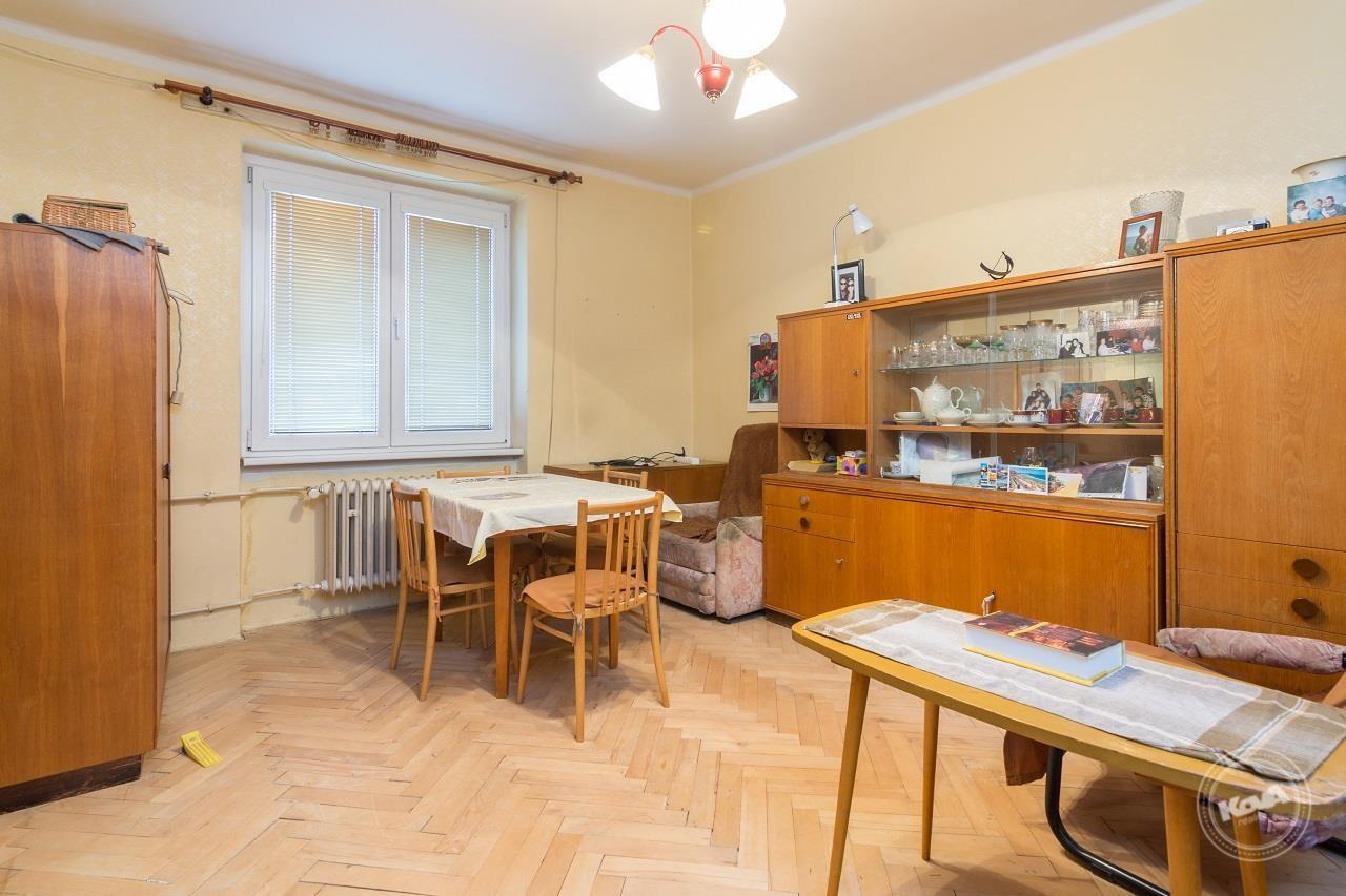 Světlý a prostorný obývací pokoj se vstupem do kuchyně