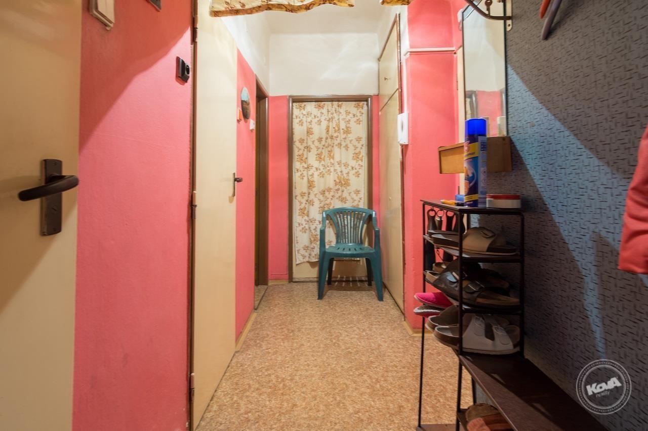 Zádveří bytu se vstupy do jednotlivých místností